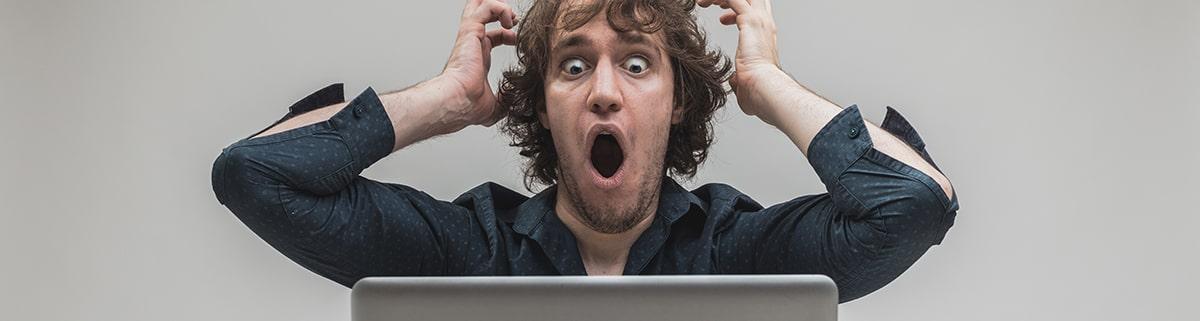 WordPressトラブルでショックを受ける男性